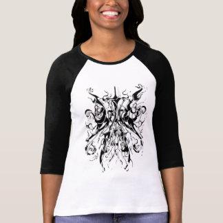 Distorsión blanco y negro del tatuaje tribal del camiseta