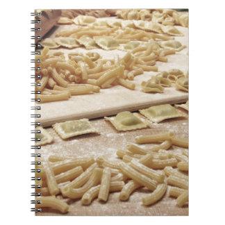 Diversa mezcla de pastas hechas en casa italianas cuaderno