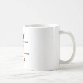 Diversas especias del condimento en las cucharas taza de café