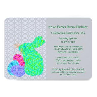 Diversión colorida verde del conejo de los huevos invitación 12,7 x 17,8 cm