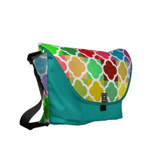 Diversión joven y modelo colorido elegante de bolsas de mensajeria