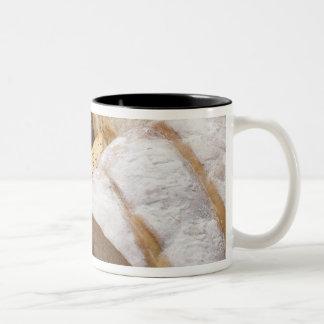 Diversos tipos de pan del artesano taza de café de dos colores