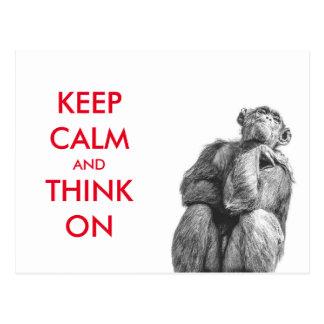 Divertido guarde la calma y piense en chimpancé postal