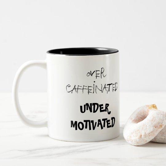 Divertido sobre Caffeinated debajo de la taza de