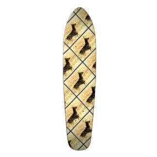 Doberman en las cañas secas que pintan imagen patinetas personalizadas