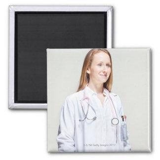 Doctor de sexo femenino imán cuadrado