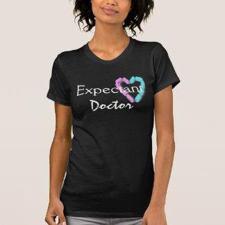 Doctor expectante en el negro I Camisetas