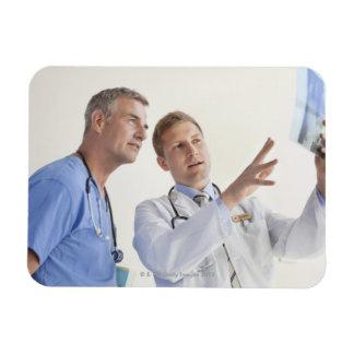 Doctor que explica la radiografía a la enfermera d imán
