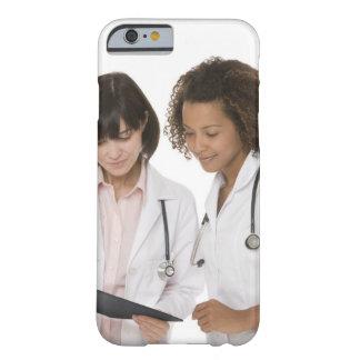 Doctores que miran el tablero funda de iPhone 6 barely there