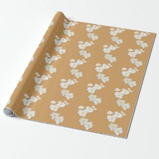 Documento de embalaje de las flores blancas sobre papel de regalo