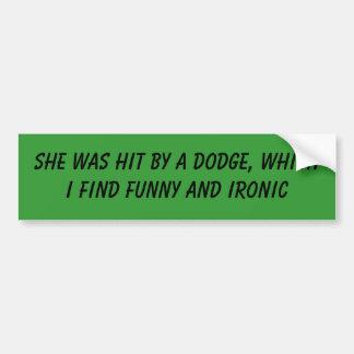 Dodge la golpeó, que encuentro divertida y… pegatina de parachoque