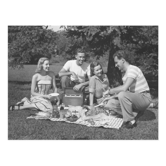 Domingo en el parque con los amigos postal