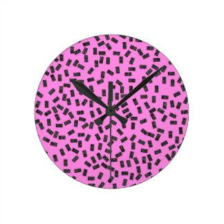 Dominós en rosa reloj redondo mediano