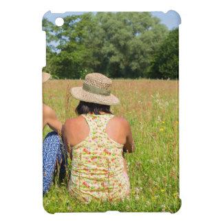 Dos amigos que se sientan junto en meadow.JPG