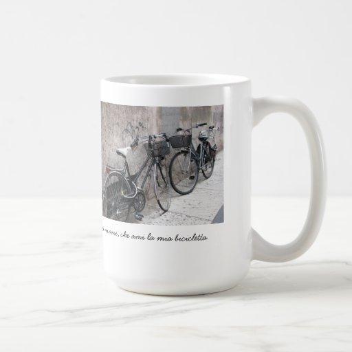Dos bicis en una taza italiana de la calle