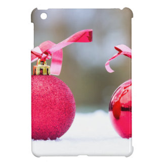 Dos bolas rojas del navidad afuera en nieve