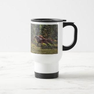 Dos caballos del rancho que corren en bosque tazas