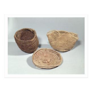Dos cestas y una cubierta (frondas tejidas de la postal