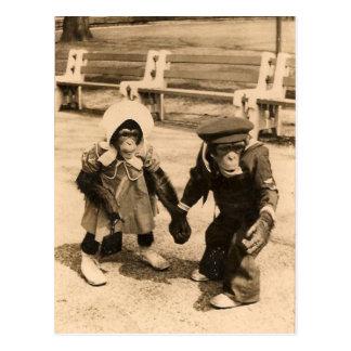 Dos chimpancés jovenes que llevan a cabo las manos tarjeta postal