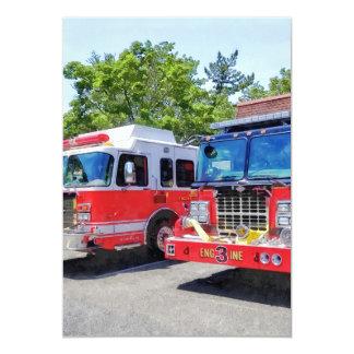 Dos coches de bomberos delante del parque de invitación 12,7 x 17,8 cm