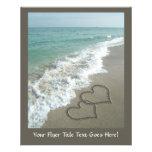 Dos corazones de la arena en la playa, océano tarjetas informativas