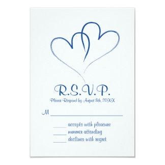 Dos corazones entrelazados casando la tarjeta de