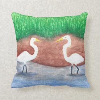 Dos Egrets blancos que vadean en almohadas del