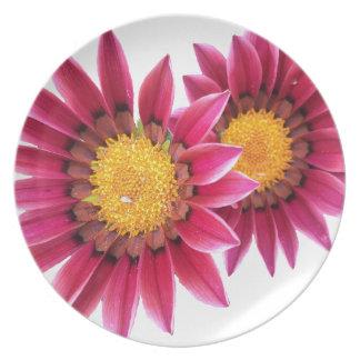 dos flores rosadas plato de cena