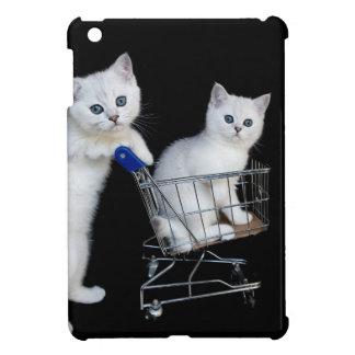 Dos gatitos blancos con el carro de la compra en