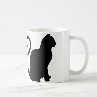 Dos gatos hacen una taza de café de la silueta del
