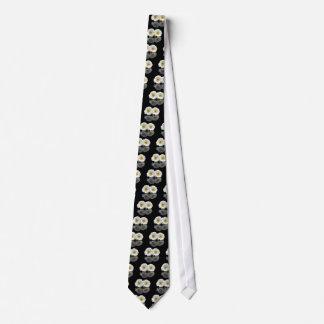Dos gerberas blancos con imagen de espejo en negro corbatas personalizadas