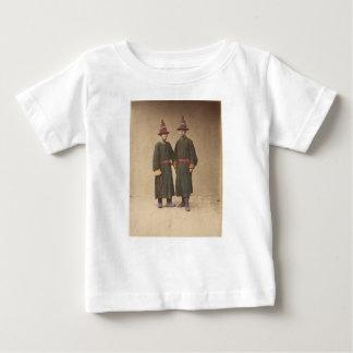 Dos hombres chinos en vestido tradicional a juego