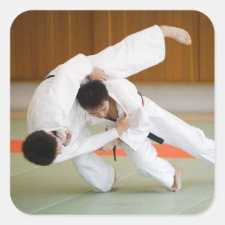 Dos hombres que compiten en un partido 2 del judo colcomanias cuadradas personalizadas