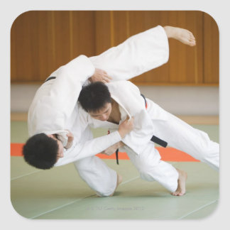 Dos hombres que compiten en un partido 2 del judo pegatina cuadrada