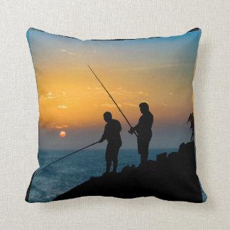Dos hombres que pescan en la orilla cojín decorativo
