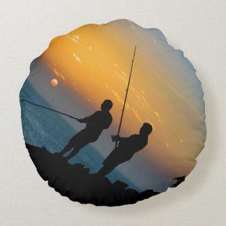 Dos hombres que pescan en la orilla cojín redondo