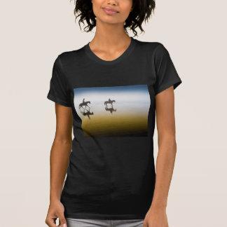 Dos jinetes ecuestres en la playa camiseta