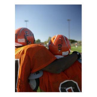 Dos jugadores de fútbol americano que miran que postal