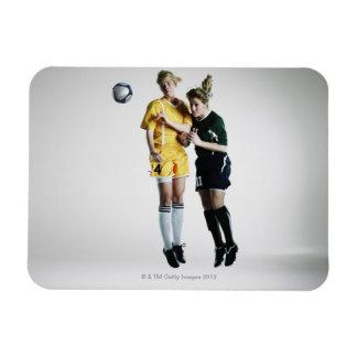 Dos jugadores de fútbol de sexo femenino en el imán