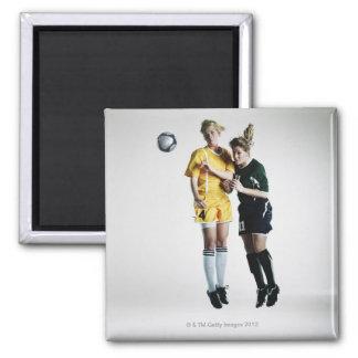 Dos jugadores de fútbol de sexo femenino en el tít imán
