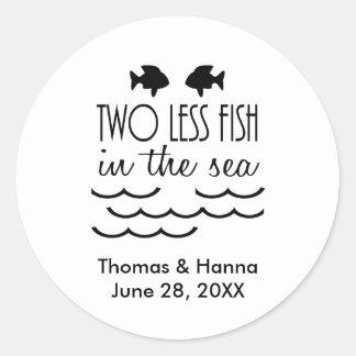 Dos menos pescados en el boda del mar pegatina redonda