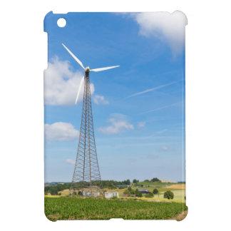 Dos molinoes de viento en zona rural con el cielo