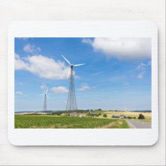 Dos molinoes de viento en zona rural con el cielo alfombrilla de ratón