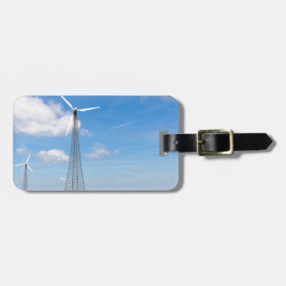 Dos molinoes de viento en zona rural con el cielo etiquetas para maletas
