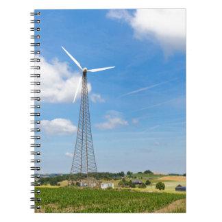Dos molinoes de viento en zona rural con el cielo libreta