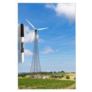 Dos molinoes de viento en zona rural con el cielo tablero blanco