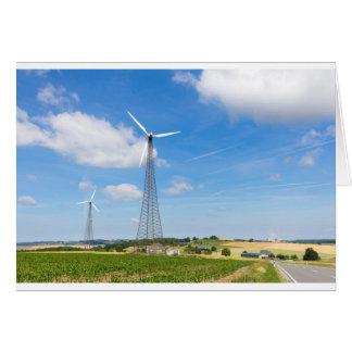 Dos molinoes de viento en zona rural con el cielo tarjeta