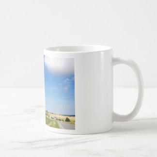 Dos molinoes de viento en zona rural con el cielo taza de café