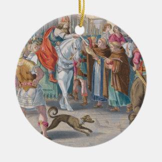 Dos monjes presentan los gusanos de seda pasados d ornamento para arbol de navidad