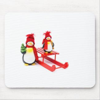Dos pingüinos con el trineo y el árbol de navidad alfombrilla de ratón